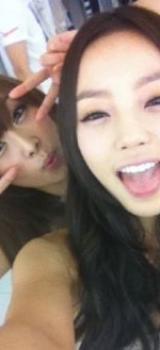 Les idoles coréennes qui s'incrustent dans les selcas des autres pour les gâcher !